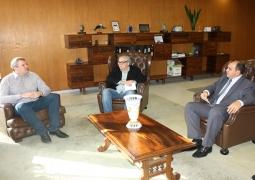 O diretor do hospital, Carlos Melotto, e o assessor de marketing, Michele Caetano, estiveram no IPERGS convidando o presidente Valter Morigi para a inauguração do pronto-atendimento